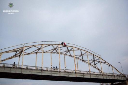 ВДнепре патрульный спас женщину, которая забралась наарку пешеходного моста